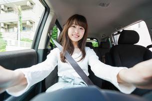 ドライブをする女性の写真素材 [FYI04707424]