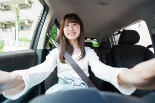 ドライブをする女性の写真素材 [FYI04707425]