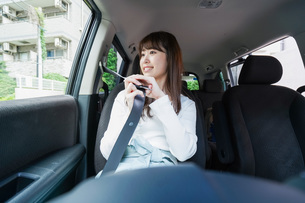 Woman go into a carの写真素材 [FYI04707430]