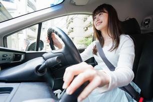 ドライブをする女性の写真素材 [FYI04707435]