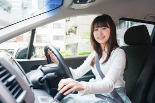 ドライブをする女性の写真素材 [FYI04707436]