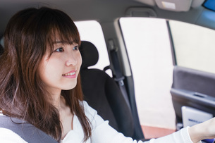 Young woman driving a carの写真素材 [FYI04707454]
