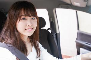 ドライブをする女性の写真素材 [FYI04707455]