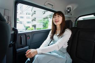 後部座席に座る女性の写真素材 [FYI04707468]