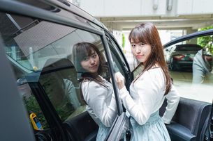 Woman go into a carの写真素材 [FYI04707498]