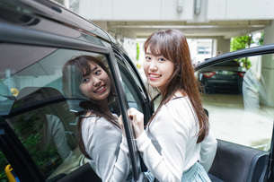 Woman go into a carの写真素材 [FYI04707503]