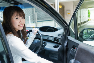 Woman go into a carの写真素材 [FYI04707507]