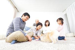 家族で遊ぶの写真素材 [FYI04707699]