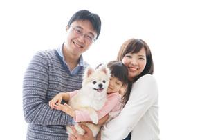 犬を飼う家族の写真素材 [FYI04707740]