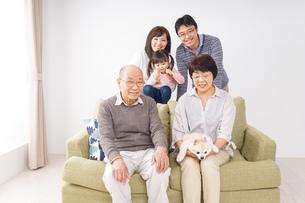 家族集合写真の写真素材 [FYI04707755]