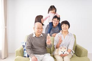 家族集合写真の写真素材 [FYI04707762]