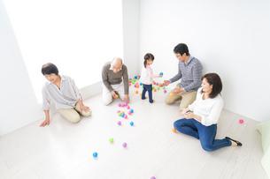 家族で遊ぶの写真素材 [FYI04707765]