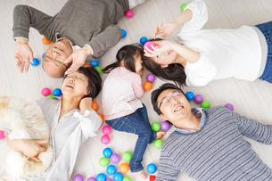家族で遊ぶの写真素材 [FYI04707771]