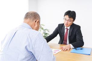 高齢夫婦と営業マンの写真素材 [FYI04707793]