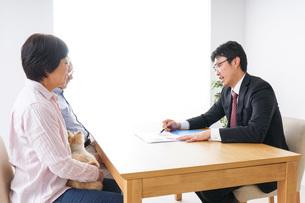 高齢夫婦と営業マンの写真素材 [FYI04707800]