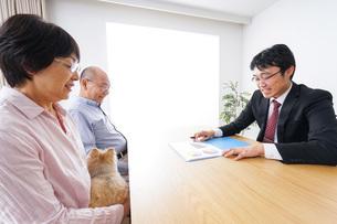 高齢夫婦と営業マンの写真素材 [FYI04707813]