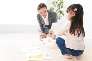 英語教室でネイティブ教師の授業を受ける子どもの写真素材 [FYI04707814]