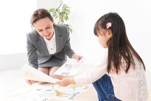ネイティブスピーカーと英語を勉強する子どもの写真素材 [FYI04707824]