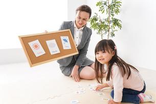 英語教室でネイティブ教師の授業を受ける子どもの写真素材 [FYI04707849]