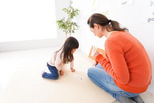 ネイティブスピーカーと英語を勉強する子どもの写真素材 [FYI04707878]