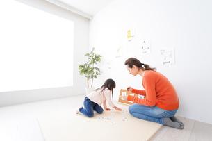 ネイティブと英語を勉強する子供の写真素材 [FYI04707881]