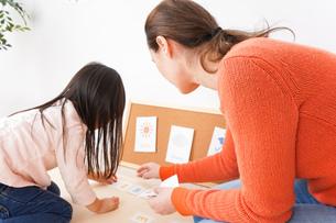 英語教室でネイティブ教師の授業を受ける子どもの写真素材 [FYI04707884]