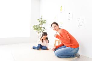 英語教室でネイティブ教師の授業を受ける子どもの写真素材 [FYI04707890]