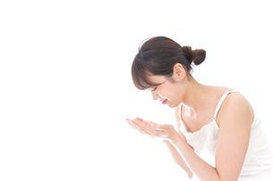 洗顔をする若い女性の写真素材 [FYI04707934]