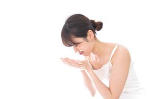 洗顔をする女性の写真素材 [FYI04707939]