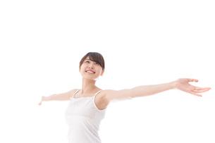 リフレッシュをする女性の写真素材 [FYI04707943]