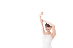 リフレッシュをする女性の写真素材 [FYI04707952]
