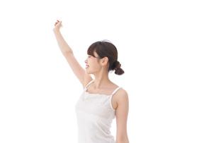 リフレッシュをする女性の写真素材 [FYI04707956]