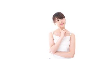 ビューティーケアをする若い女性の写真素材 [FYI04707958]