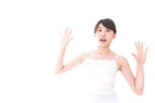 ビューティーケアをする若い女性の写真素材 [FYI04707967]
