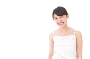 笑顔で誘う女性の写真素材 [FYI04707973]