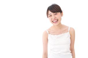 笑顔で誘う女性の写真素材 [FYI04707978]