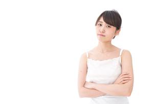 腕を組む美容女性の写真素材 [FYI04707979]