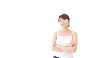 腕を組む美容女性の写真素材 [FYI04707983]