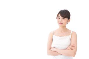 腕を組む美容女性の写真素材 [FYI04707988]