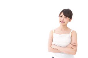 腕を組む美容女性の写真素材 [FYI04707990]