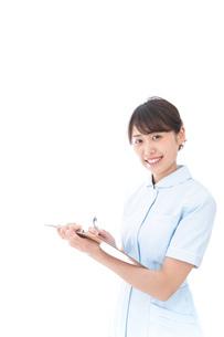 カルテを持つ看護師の写真素材 [FYI04708010]