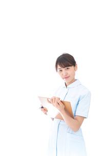 カルテを持つ看護師の写真素材 [FYI04708012]