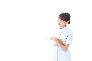 カルテを持つ看護師の写真素材 [FYI04708013]