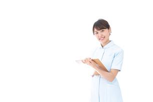 カルテを持つ看護師の写真素材 [FYI04708017]