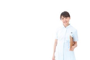 カルテを持つ看護師の写真素材 [FYI04708020]