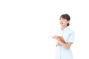 カルテを持つ看護師の写真素材 [FYI04708021]