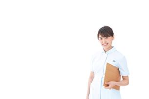カルテを持つ看護師の写真素材 [FYI04708029]