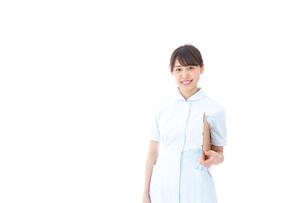 カルテを持つ看護師の写真素材 [FYI04708030]