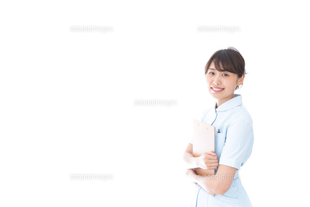 カルテを持つ看護師の写真素材 [FYI04708053]
