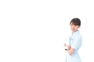 カルテを持つ看護師の写真素材 [FYI04708054]